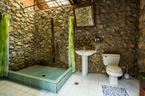 Main House Bathroom 1 (1280x853)